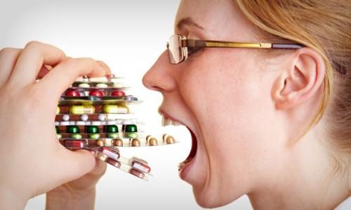mulher-comendo-comprimidos-42617