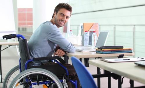 cadeirante-no-mercado-de-trabalho-escritorio-trabalhando